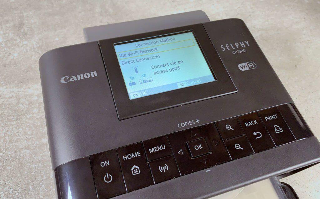 Bei der ersten Einrichtung des Druckers gibt man diesem den Zugang zum heimischen WLAN. Danach ist er für alle iOS-Geräte und Macs als Wifi-Drucker zu finden und kann Druckaufträge kabellos annehmen.