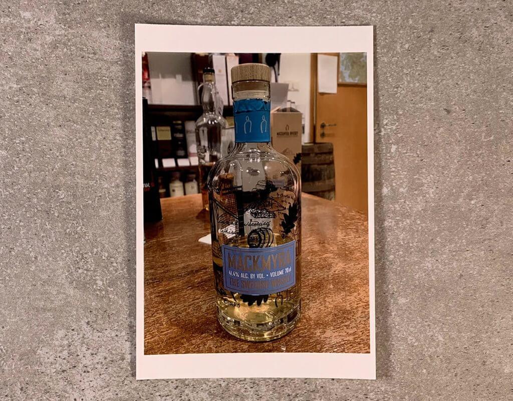 Diese Foto einer Whisky-Flasche habe ich mal für den Vergleich der Details herangezogen. Man beachten den Bereich der Flasche oberhalb des Etiketts.