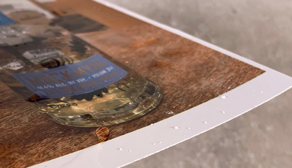 Das Canon Fotopapier habe ich zum Testen unter den Wasserhahn gehalten, mit den Finger drauf rum gedatscht und sogar an den Ecken gezogen – alles hat es klaglos überstanden. Laut Canon halten sich sogar die Farben viele Jahre, da die Ausdrucke vom Drucker mit einer Schutzschicht überzogen werden.