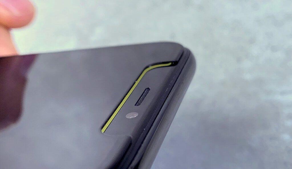 Hier sieht man, dass das Blickschutz-Glas mit dem Notch sehr genau abschließt. Der grüne Rand, der durchscheint, ist von der Sir-Apfelot-App und nicht in dem Schutzglas.