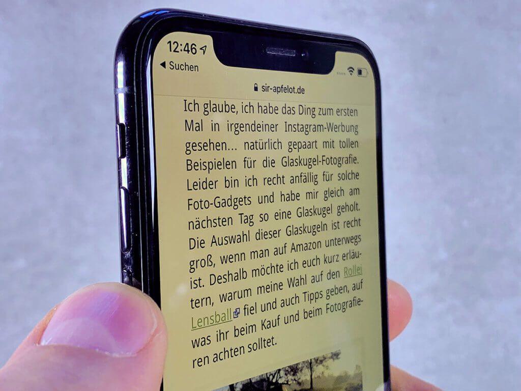 Hier sieht man das iPhone X Display ohne das Artwizz PrivacyGlass schräg von der Seite. Der Text ist noch sehr gut zu erkennen.