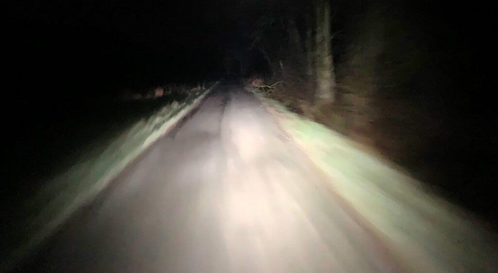 Ausleuchtung des Fahrradwegs mit Stirnlampe