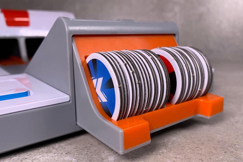 Die Spielcoupons werden direkt in einer kleinen Klappe verstaut, damit sie nicht verloren gehen – sehr schönes Detail.
