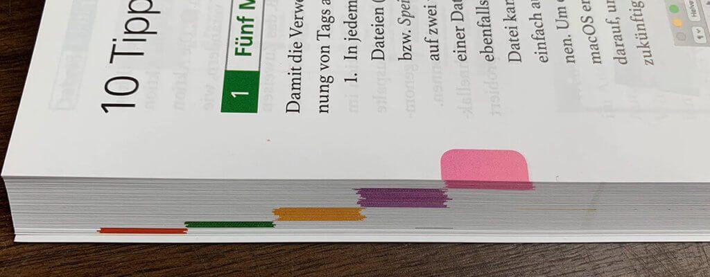 Mit farbigen Markierungen, die auch an der Seite des Buches sichtbar sind, findet man schnell das Kapitel, in dem man einen Tipp sucht.