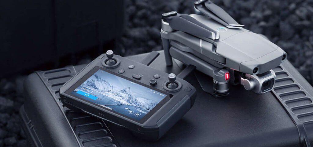 Die DJI Smart-Fernsteuerung mit der DJI Mavic 2 Kamera-Drohne.
