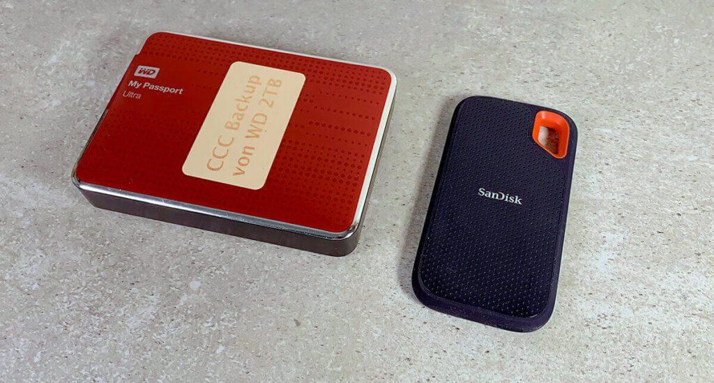 """Links die Festplatte mit """"drehenden Teilen"""" und rechts die SSD von SanDisk, die ohne mechanische Teile auskommt."""