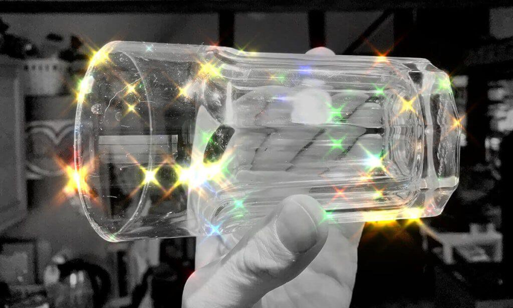 Einen schönen Effekt bekommt man mit Gläsern hin, die man ins Licht hält.