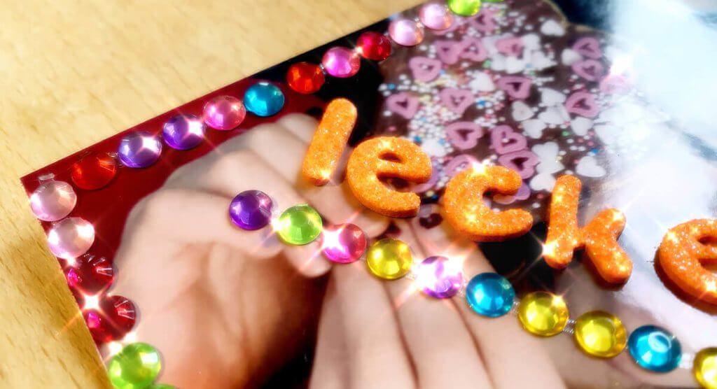 Meine Tochter hat ein Foto mit Glitzersteinchen und -buchstaben beklebt. Das sieht mit kirakira+ natürlich gleich doppelt so glitzerig aus. Ich habe hier extra einen dezenten Filter benutzt.