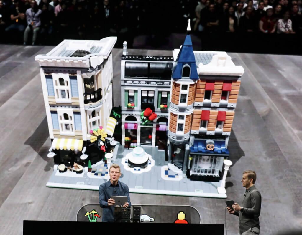Martin Sanders von LEGO zeigt AR-Funktionen für iOS, mit denen das Bauen und Spielen noch umfangreicher wird. Quelle: Apple