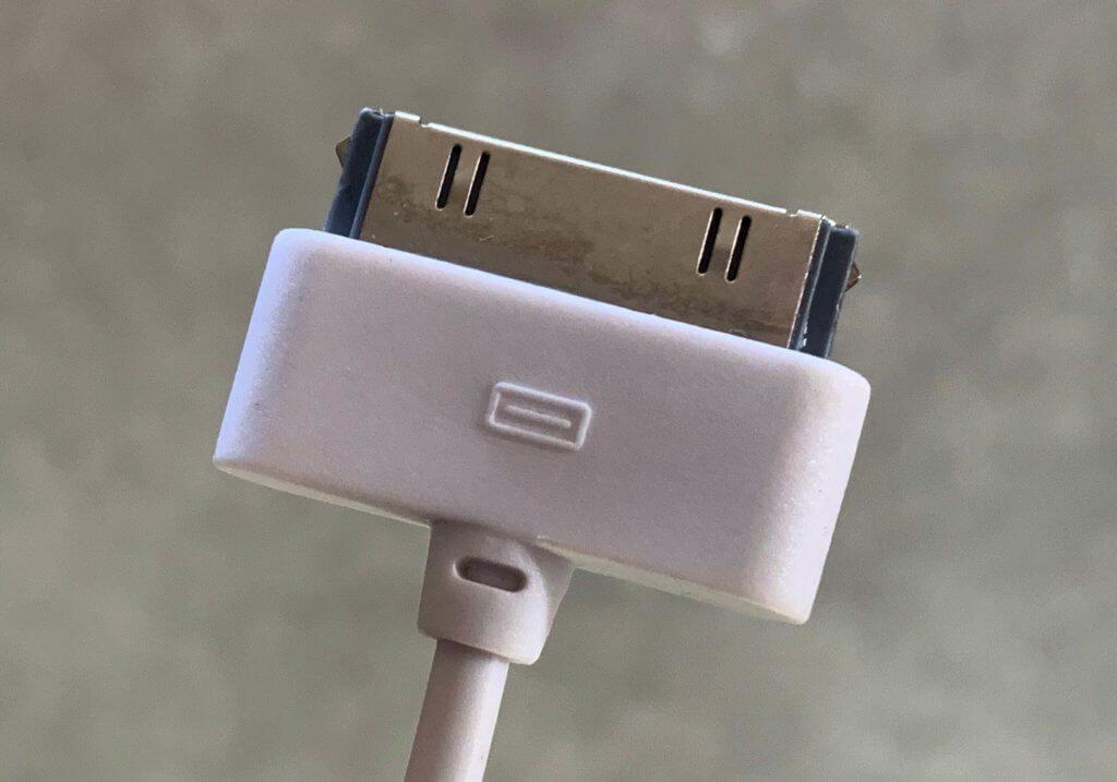 Das USB-Ladekabel mit dem 30-Pin-Stecker passt nicht nur beim iPhone 4/4s sondern auch an die anderen, älteren Modelle wie das iPhone 1, 2, 3, 3G und 3GS (Foto: Sir Apfelot).