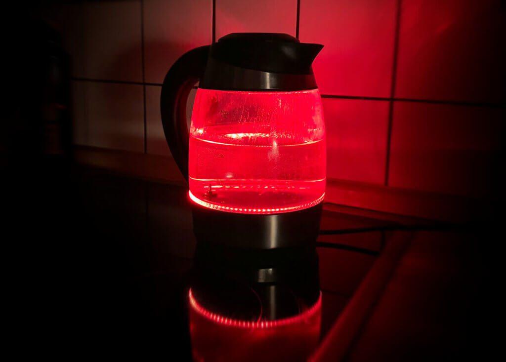 Man muss gestehen: LED Wasserkocher entfalten ihre Wirkung vor allem im Dunkeln. Tagsüber sieht man von den LEDs relativ wenig (Foto: Sir Apfelot).
