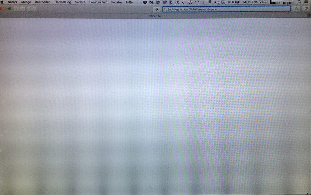 Das Display des MacBook Pro zeigt hellere und dunklere Bereiche, die wie Streifen von unten nach oben verlaufen (Foto: Leserin Marina).