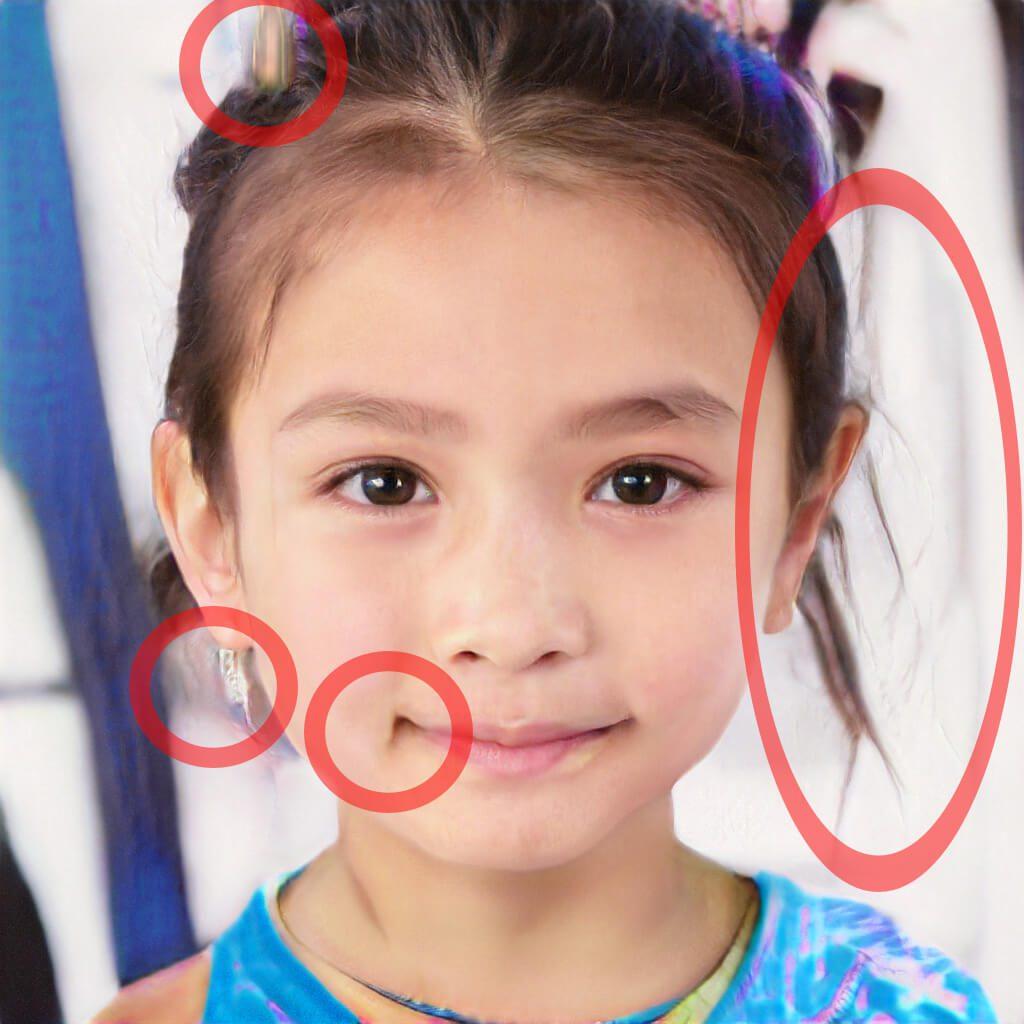 Die Mundwinkel-Falte, der noch zu erkennende Ohrring und die verschwommenen / verwischten Haare zeigen, das etwas mit dem Bild nicht stimmt.