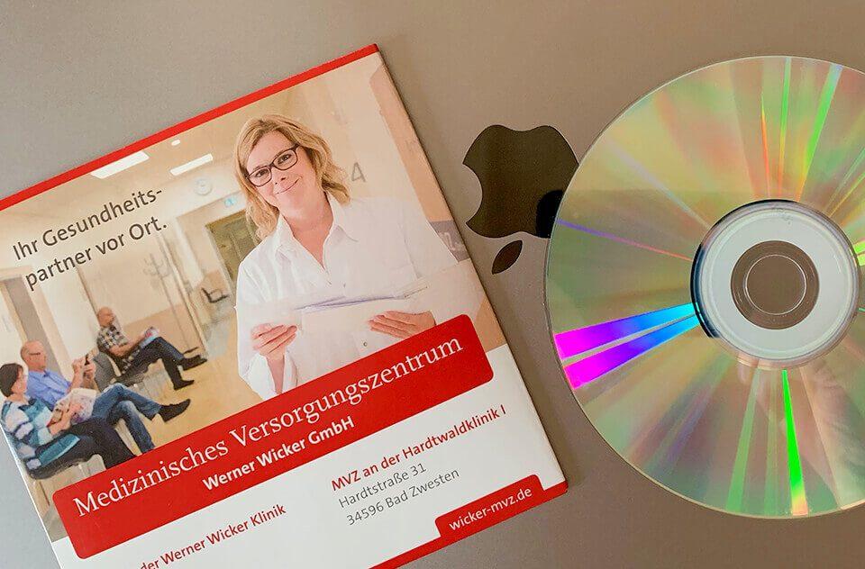 Während man früher mit großen Umschlägen voller Abzüge von Arzt zu Arzt gewandert ist, werden die Aufnahmen vom Krankenhaus in der Regel direkt vor Ort auf eine CD gebrannt und dem Patienten mitgegeben (Fotos: Sir Apfelot).