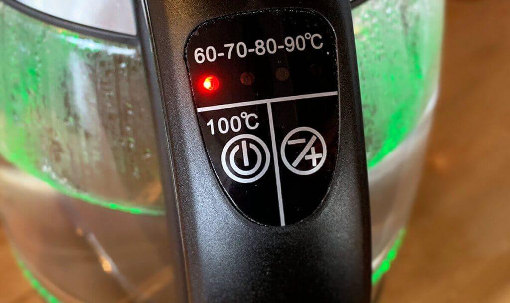 Ein beliebtes Wasserkocher-Modell: Mit Temperaturvorwahl und LED-Beleuchtung liegen die Glas-Wasserkocher voll im Trend (Foto: Sir Apfelot).