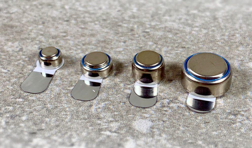 Hier habe ich die Knopfzellen fotografiert, die bei Hörgeräten üblich sind. Von links nach rechts sind dies die Größen 10, 13, 312 und 675 (Foto: Sir Apfelot).