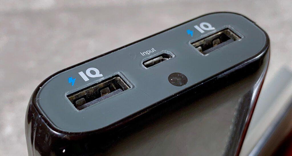 Die meisten Powerbanks werden über einen Micro-USB-Port geladen. Praktischer und schneller laden moderne Akkus über USB-C, das man auch an MacBooks und dem aktuellen iPad Pro findet (Foto: Sir Apfelot).
