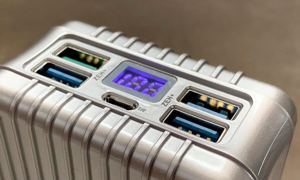Hier sieht man die 4 USB-A Ports, die als Ausgang fungieren. Links oben ist der USB-QC-Port, der mit grünem Kunststoff im Innenbereich leicht erkennbar ist (Fotos: Sir Apfelot).