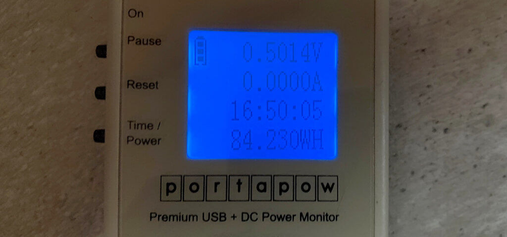 Wenn man die Zendure A8 einmal komplett von 100% auf 0% entlädt, kommt man auf 84 Wh.