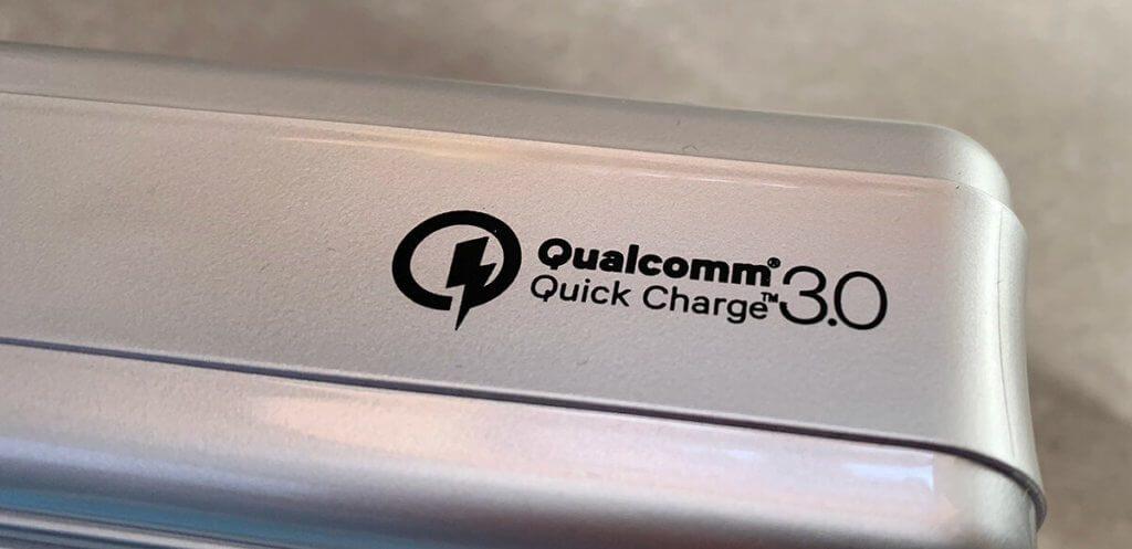 Die Zendure A8QC unterstützt den Qualcomm Quick Charge 3.0 Standard, der aber vor allem für Nicht-Apple-Tablets und iPhones ein schnelleres Laden ermöglicht.