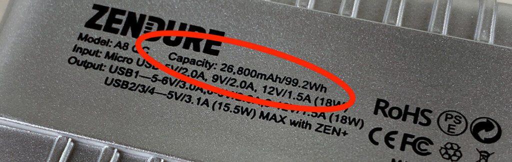 Auf den Akkus ist die Kapazität meistens in mAh aufgedruckt. In manchen Fällen findet man auch die Angabe in Wh – hier auf meiner Zendure A8, die leider nicht im Testfeld war (Foto: Sir Apfelot).