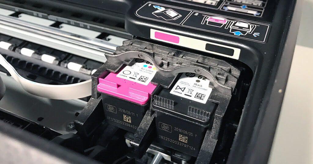 Wenn man sich die aufgedruckte Anleitung im Drucker mal anschaut, versteht man direkt, wie die Patronen eingelegt werden sollten. :D