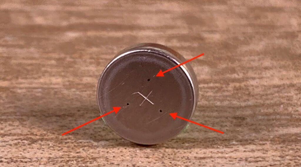 Bei diesem Foto sieht man die drei Öffnungen, durch die die Luft in die Knopfzelle gelangt, wenn man die Schutzfolie abzieht.