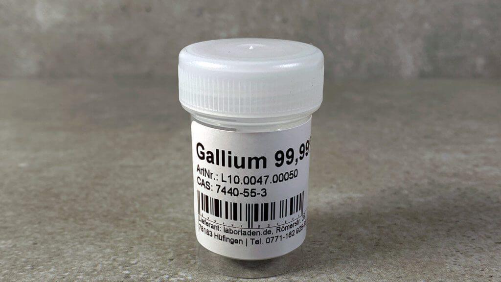 Gallium kennt der eine oder andere vielleicht von Spielereien, da es knapp über Zimmertemperatur schon flüssig wird (Foto: Sir Apfelot).