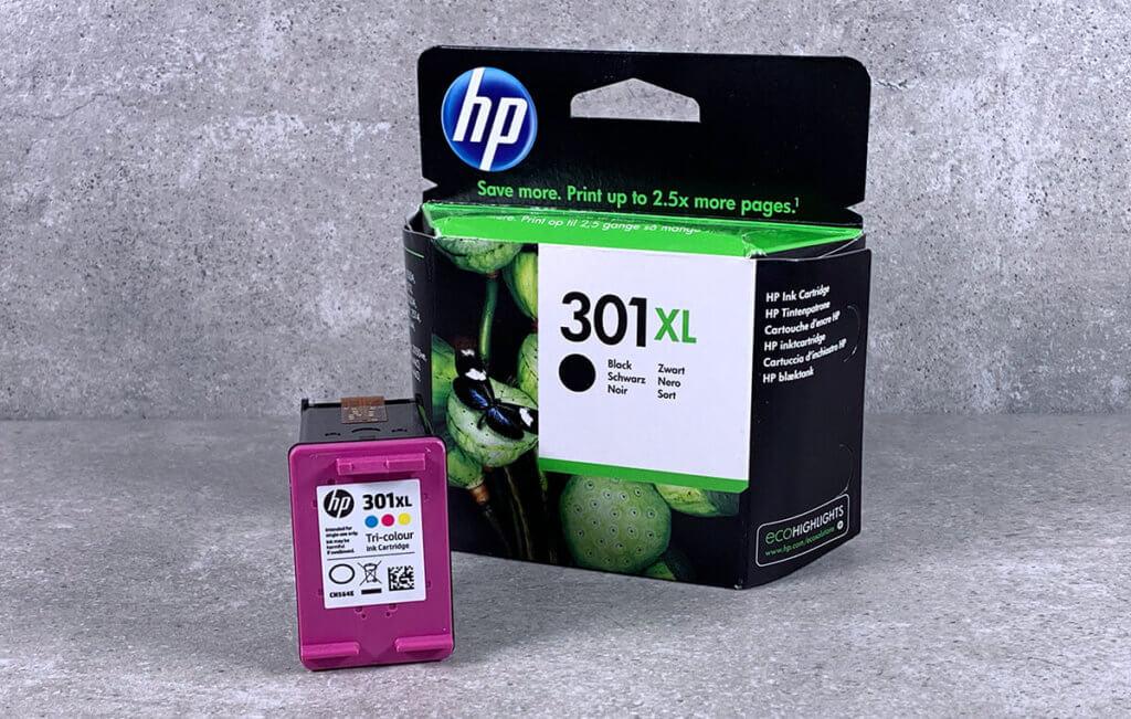 In meinen Envy kommen die HP 301 oder HP 301 XL Patronen – wobei die Farbpatronen leider bei allen Envy-Modellen nur komplett getauscht werden können.