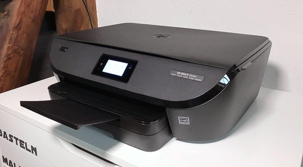 Der HP Envy 5540 auf seinem neuen Zuhause: Der Drucker sieht schon deutlich eleganter aus als die meisten Multifunktionsdrucker (Fotos: Sir Apfelot).
