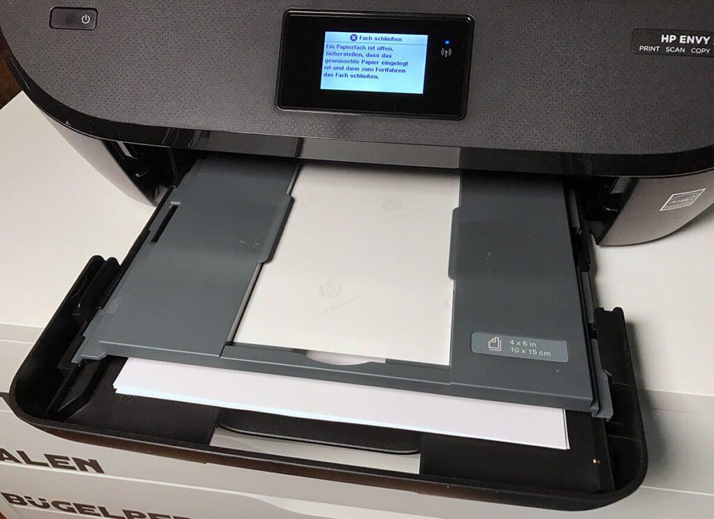 Neben dem Fach für Normalpapier findet man beim Envy 5540 auch ein Spezialfach für Fotopapier in der Größe 10 x 15 Zentimetern.