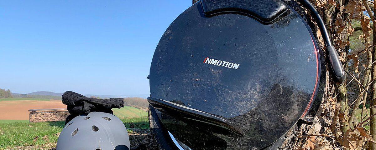 Durch den großen Akkupack lassen sich mit dem Inmotion V10F so weite Touren machen, dass die Füße in der Regel vor dem Einrad eine Pause brauchen.