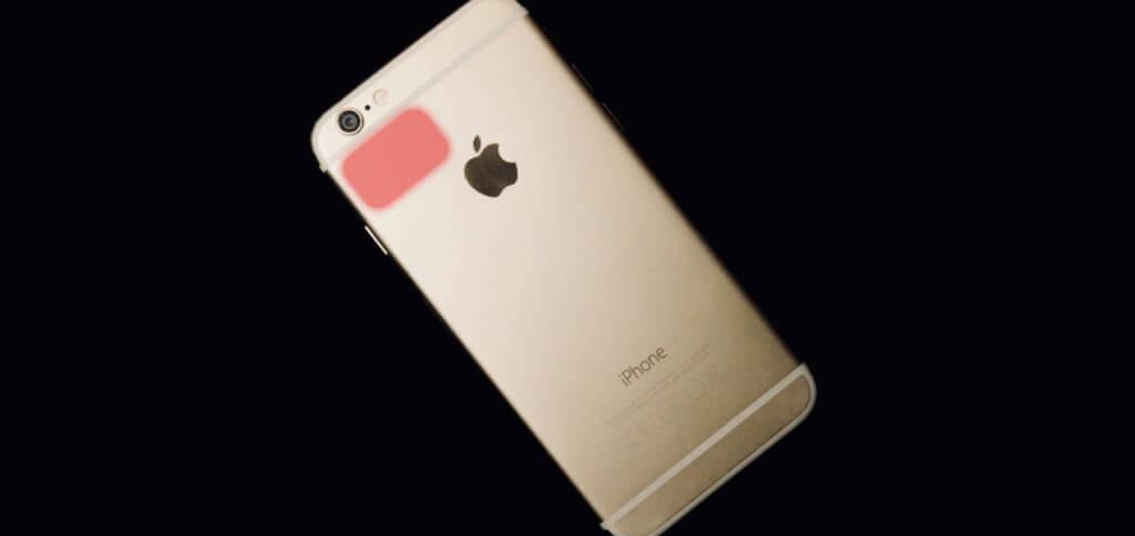 Das iPhone 6 / 6 Plus / 6s Display ist schwarz, obwohl es eingeschaltet ist? Ihr könnt an der markierten Stelle drücken (s. Video), falls die beiden ersten Lösungen nicht helfen.