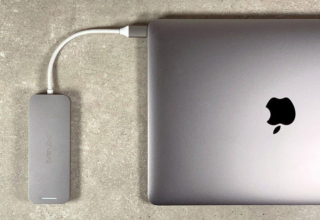 Ohne USB-C-Multiport-Adapter kann ich kaum an meinem MacBook arbeiten (Fotos: Sir Apfelot).