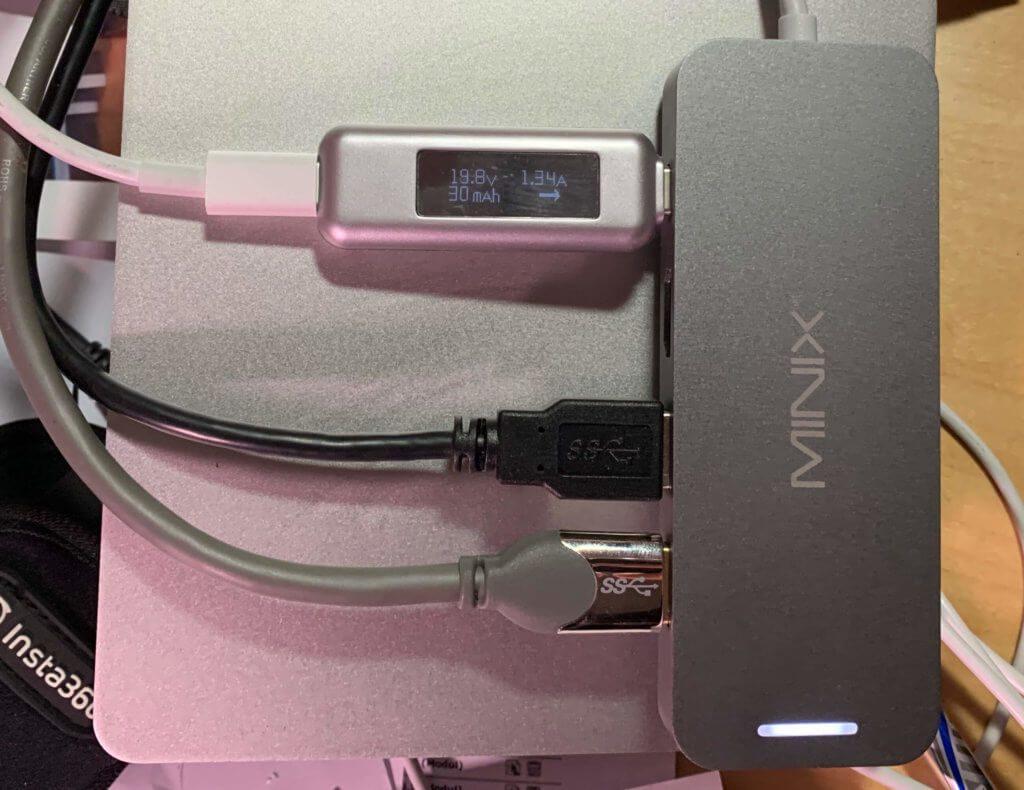 Auch mit zwei externen Festplatten hat der Minix-Adapter keine Probleme. Man muss ihn allerdings mit dem USB-C-Netzteil verbinden und den Mac dann über den Adapter laden. So bekommen die Festplatten auch ohne eigene Stromversorgung genug Strom ab.