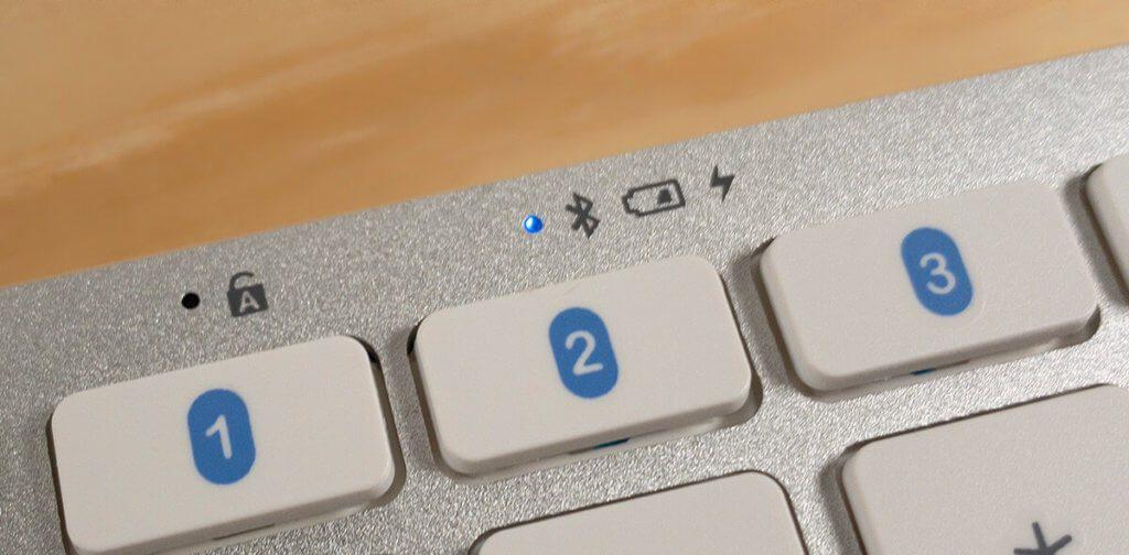 Mit einer kleinen blauen LED zeigt die Satechi-Tastatur an, ob sie gerade im Pairing-Modus ist.