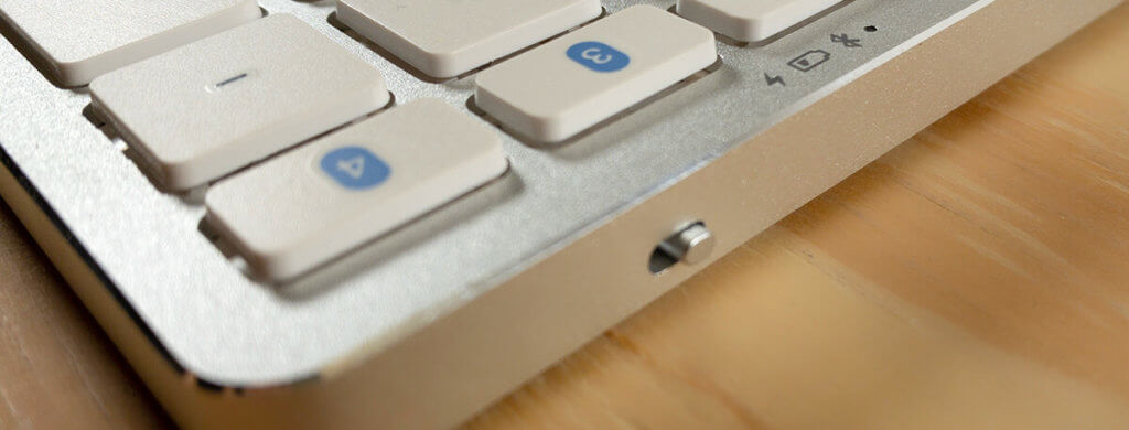 An der Rückseite befindet sich der Ein- und Ausschalter der Satechi-Tastatur.