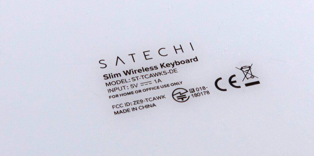 Auf der Unterseite findet man eine weiße Kunststoffabdeckung mit Aufdruck, wie sie die Apple-Tastatur ebenfalls aufweist.