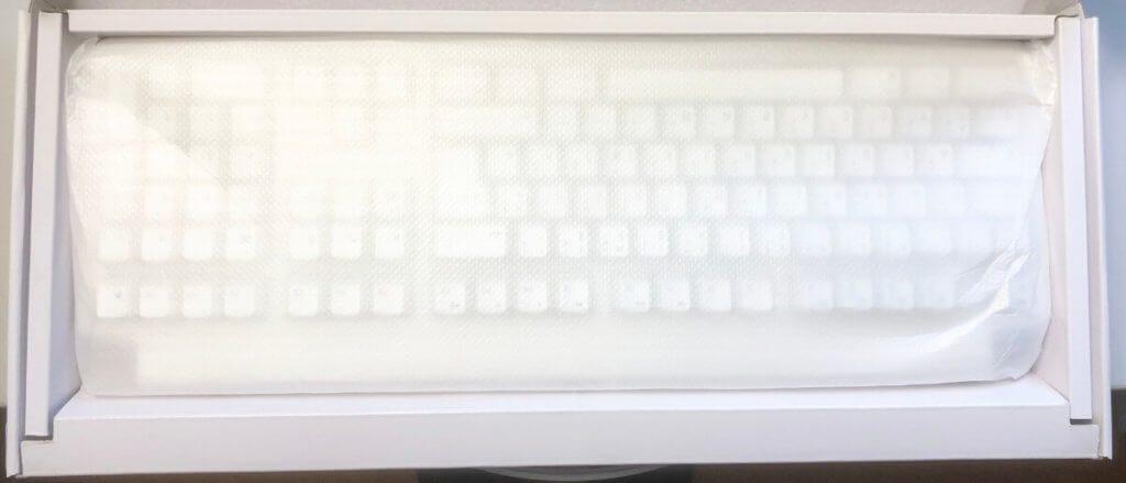 Die Tastatur selbst ist in der Packung nochmal durch eine gepolsterte Schutzfolie vor Kratzern geschützt.