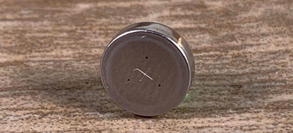 Bei Zink-Luft-Batterien, wie sie in der Regel bei den Hörgerätebatterien zu finden sind, findet man an der Oberseite kleine Löcher, die als Lufteinlass dienen (Fotos: Sir Apfelot).