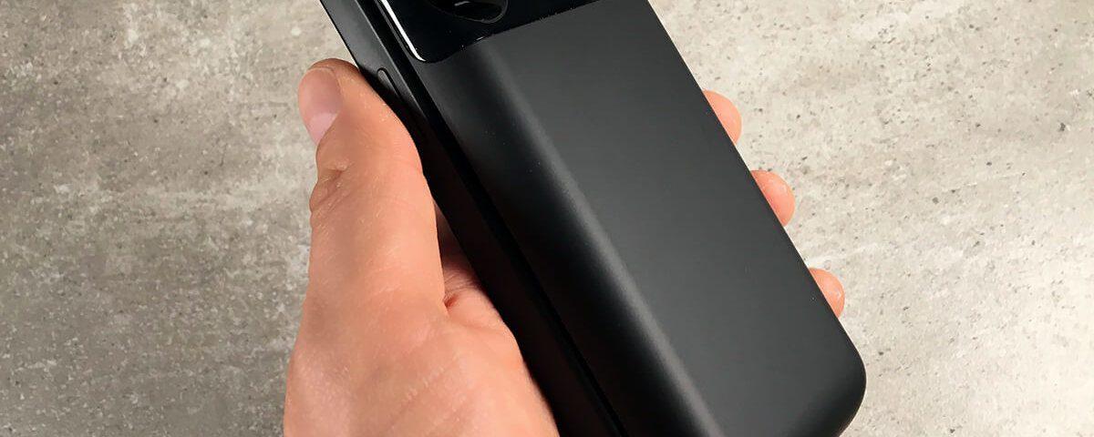 Auch mit der Akkuhülle von hardwrk liegt das iPhone gut in der Hand – man sollte es aber richtig herum halten, damit man das Display sieht. ;-)