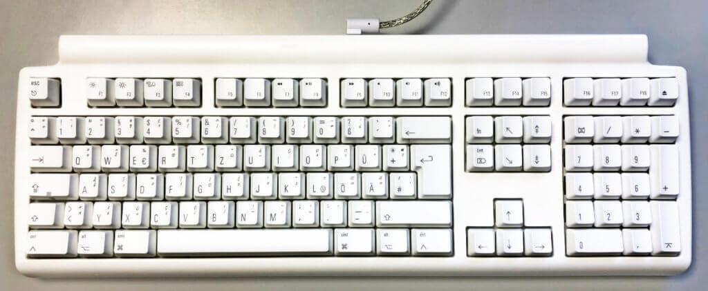 Die Tactile Pro gibt es in den Farben Schwarz und Weiß. Für den iMac Pro muss man natürlich die schwarze Variante nehmen, aber ich habe die weiße gewählt.