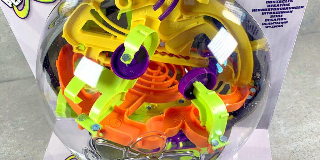Das Labyrinth befindet sich in einer transparenten Kunststoffkugel, so dass man ständig schauen kann, wo die Kugel gerade entlang läuft.