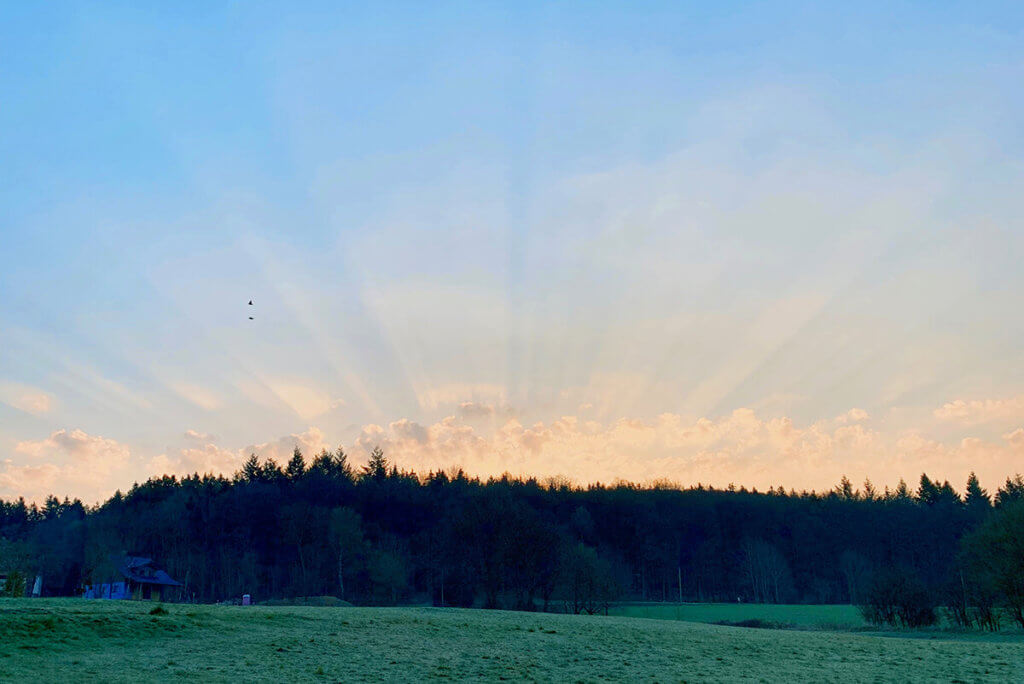 Bei diesem Foto haben mich vor allem die Strahlen fasziniert, die durch die Wolken entstanden sind. Es war ursprünglich im Hochformat und wurde von mir auf Querformat zugeschnitten (Foto: Sir Apfelot).