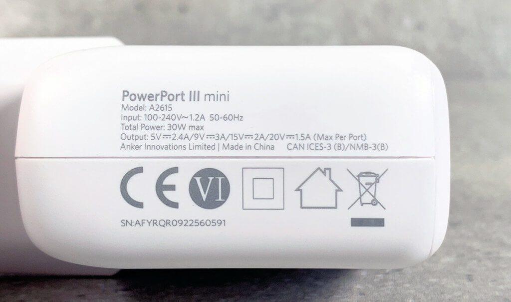"""Die """"Specs"""" des Anker USB-C-Ladegerätes findet man auf der Unterseite aufgedruckt."""