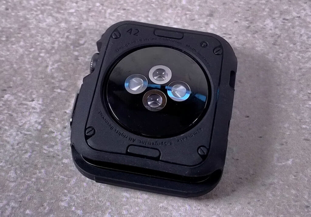 Auf der Unterseite des Apple Watch Case von Spigen ist eine kreisrunde Aussparung für den Pulssensor der Watch.