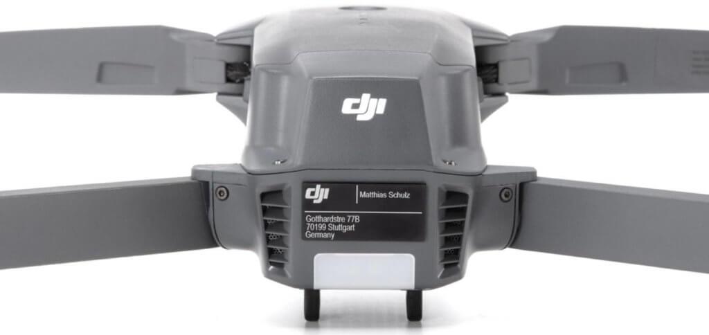 Ein Drohnen-Kennzeichen dient wie ein Nummernschild der Identifikation des Eigentümers / Besitzers der Drohne. Auch wichtig für die Versicherung.