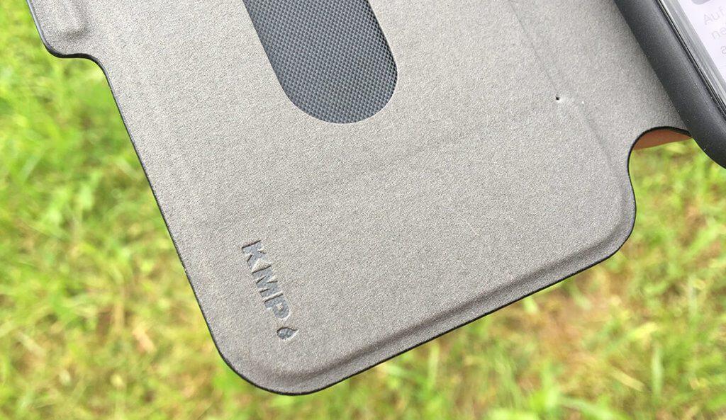 Der weiche Microfaser-Stoff auf der Innenseite verhindert Beschädigungen des iPhone-Displays, wenn der Deckel der Hülle geschlossen ist.