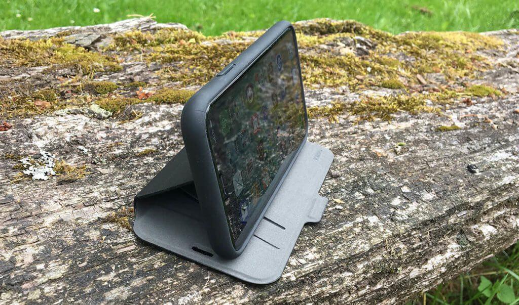 Das iPhone läßt sich in der Green Up Bookcase Hülle mit einem Handgriff im Querformat aufstellen, um zum Beispiel Videos zu konsumieren.
