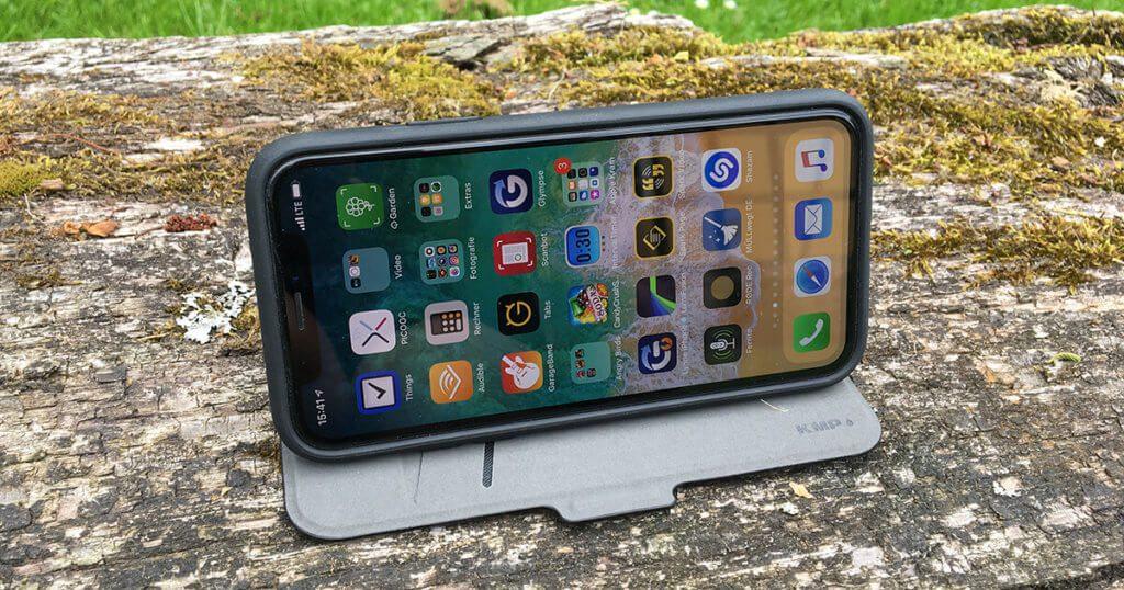 Da es kein festes Raster gibt, kann man das iPhone in unterschiedlicher Neigung aufstellen. Die Konstruktion hält sehr gut, da die Hülle in der das iPhone steckt, nicht von der Microfaseroberfläche rutscht.